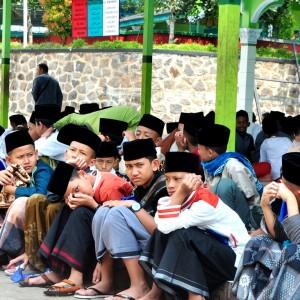 Menunggu Adzan Dzuhur, Santri Baru Duduk Berbaris di Serambi Masjid
