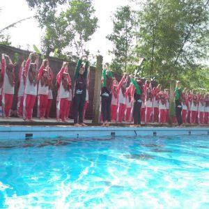 Santri Putri Nikmati Ujian Berenang