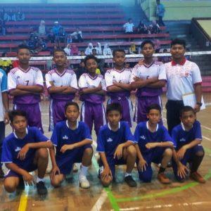 Tim Takraw MTs Darul Amanah Hadiahkan Piala POPDA 2019 Kepada Pimpinan Pesantren