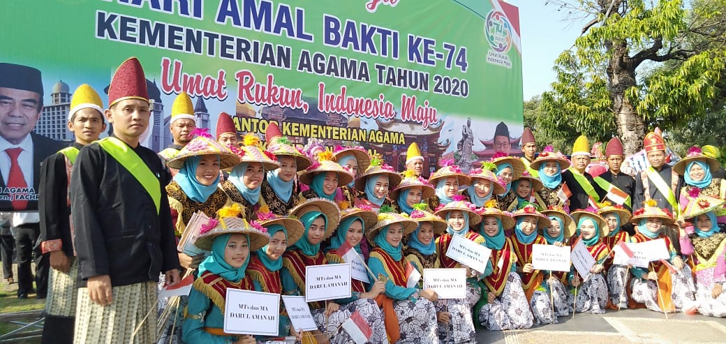 Kenakan Pakaian Adat Sulawesi, Pesantren Darul Amanah Ikut Ramaikan Parade Kebangsaan