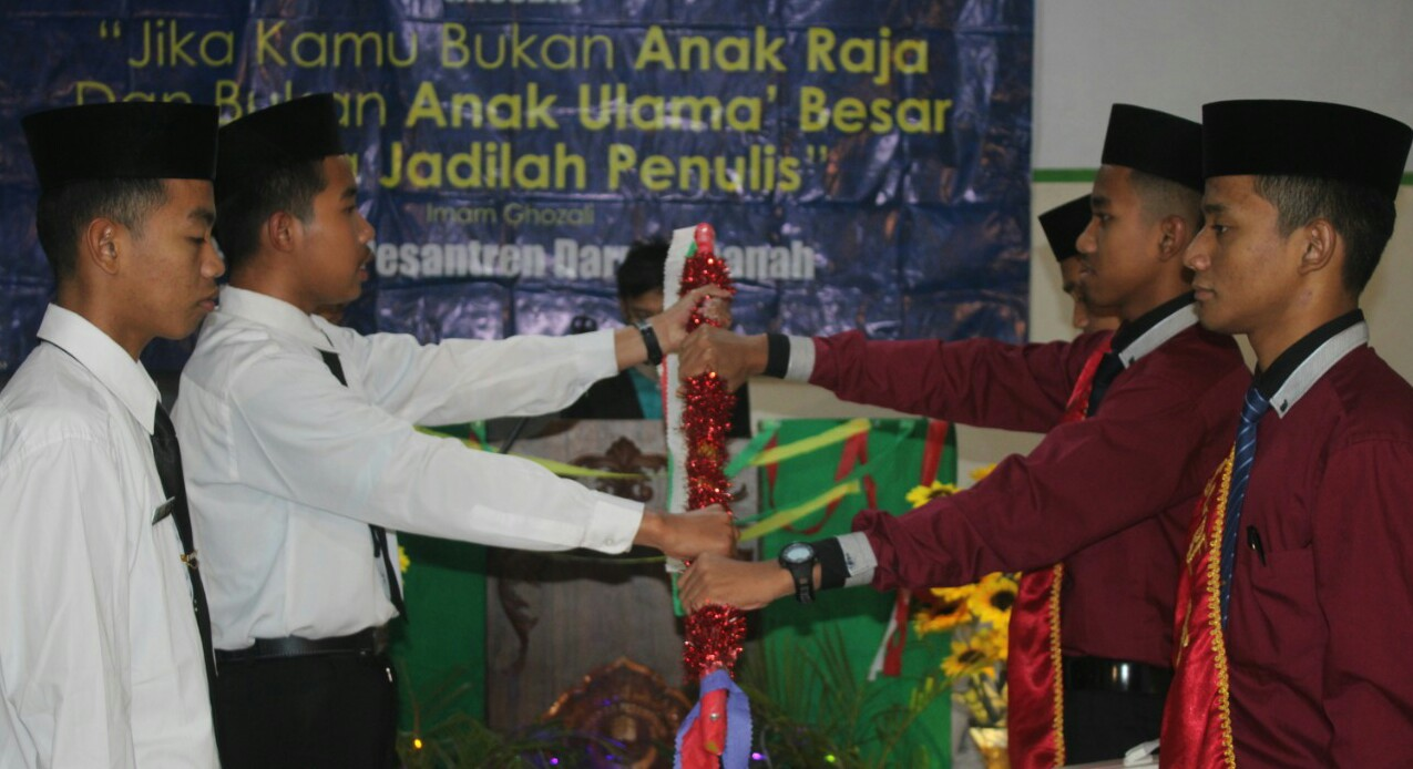 Serah Terima Jabatan dan Pelantikan Pengurus Komunitas Ilmiah dan Sastra Santri Darul Amanah
