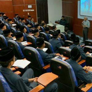 Profesor Lulusan Universitas Central Luzon State Filipina Beri Motivasi Pengurus Organisasi Santri Darul Amanah