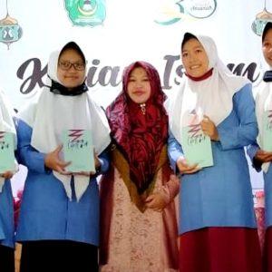 Penulis Buku Dua Barista Beri Pelatihan Menulis Santri Pengurus Putri Pondok Pesantren Darul Amanah