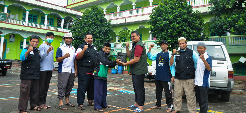 KMTR Salurkan Wakaf Bibit Pohon Jeruk Kepada Pondok Pesantren Darul Amanah
