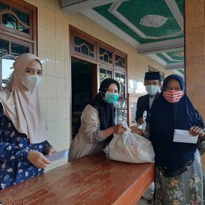 Keluarga Besar Pondok Pesantren Darul Amanah Salurkan Zakat Kepada Warga Masyarakat Sekitar Pesantren