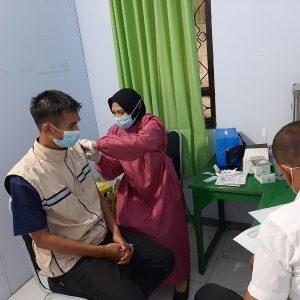 Guru, Tenaga Pendidik, dan Karyawan Pondok Pesantren Darul Amanah Ikuti Vaksinasi Covid-19 Tahap Kedua