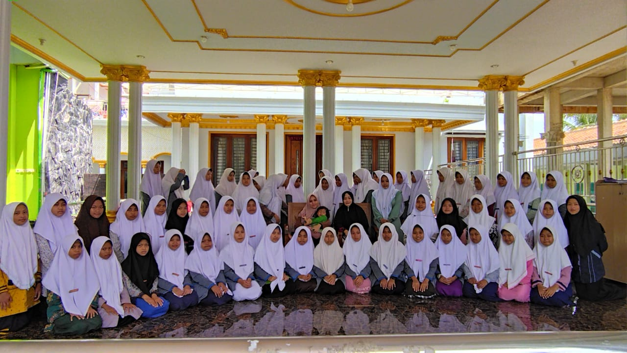 Pengasuh Pondok Pesantren Ulumul Qur'an Depok Jawa Barat Beri Motivasi Santri Putri Darul Amanah